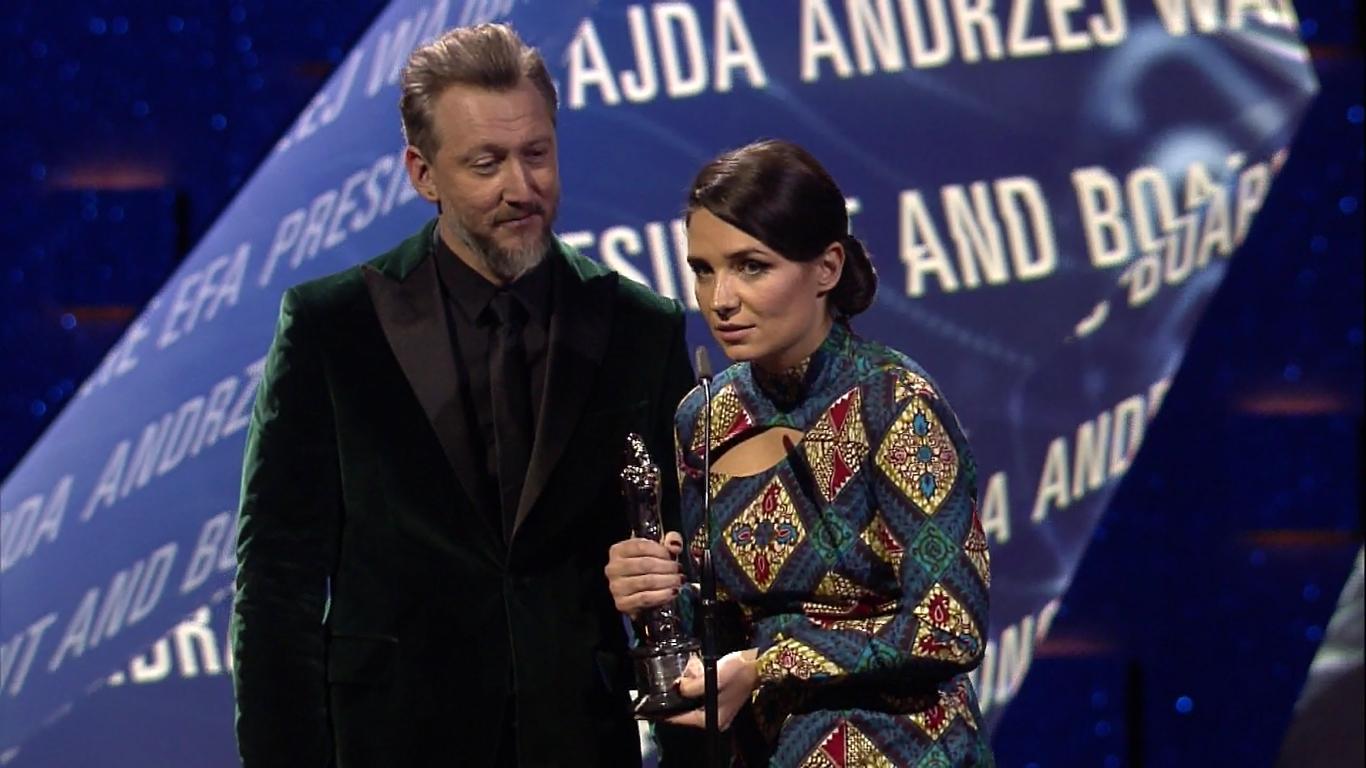 Bodo Kox i Agnieszka Smoczyńska odbierają honorową nagrodę upamiętniającą Andrzeja Wajdę / kadr z transmisji rozdania Europejskich Nagród Filmowych, www.europeanfilmawards.eu